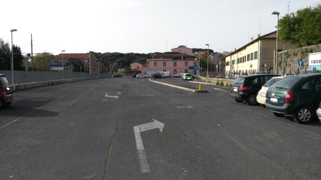 I parcheggi (vuoti) delle stazioni di Albano e di Cecchina