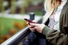 Sbirciare lo smartphone del partner: la tendenza è donna