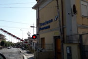 Pavona: un camion s'incastra sotto la sbarra del passaggio a livello