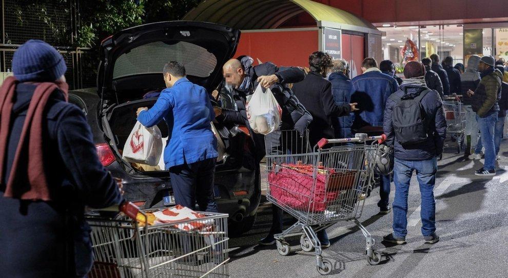 Supermercati stremati dalle richieste di generi alimentari e dall'afflusso quotidiano