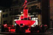 A Nemi La fontana della Diana, in piazza Roma, si accende di rosso per la Giornata contro la violenza sulle donne.